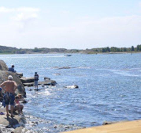 Vastra Frolunda, Zweden: Så nära havet att du kan ha fötterna i vattnet.