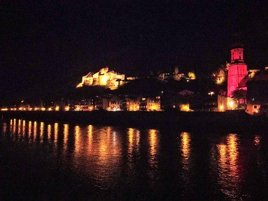 Ach, Österrike: Blick aus dem Zimmer auf die abendliche Silhouette der Burghausener Altstadt