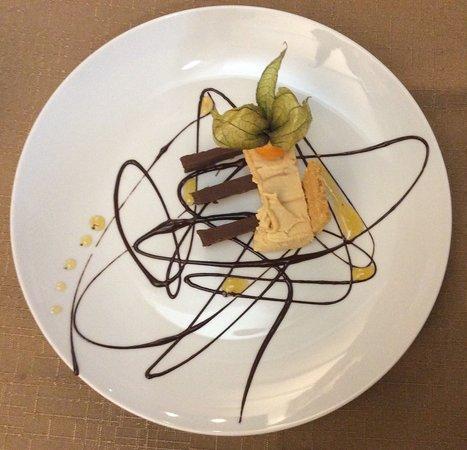 Lezardrieux, Франция: Dessert au chocolat et mousse au caramel au beurre salé
