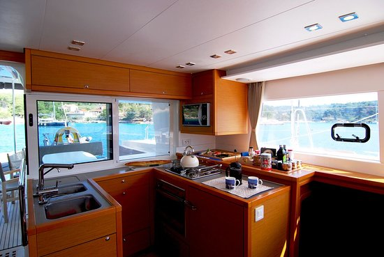 Grebastica, Croacia: Fully fitted galley, including dishwasher