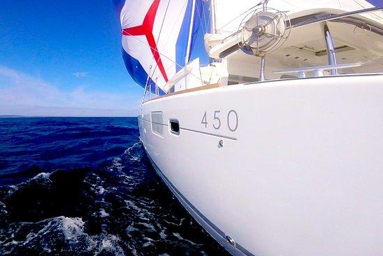 Grebastica, Croacia: Under full sail