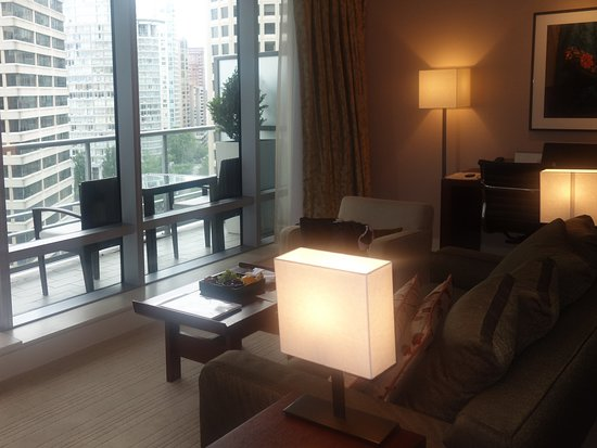 Shangri-La Hotel, Vancouver: living area with terrace