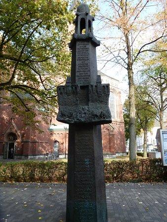 Gedenkstätte an die Opfer der Möhnesee-Katastrophe Mai 1943  an der Einkaufstraße.