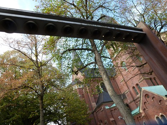 Glocken vor der Kirche, an der Einkaufstraße.
