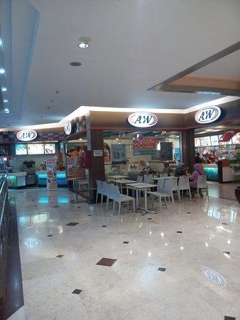 Metropolitan Mall Bekasi: Very big AW Restaurant