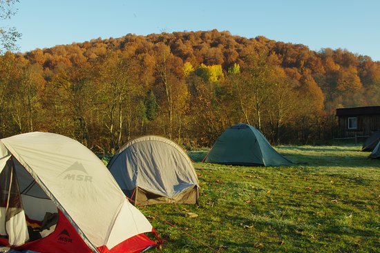 Ustrzyki Gorne, Polandia: Pole namiotowe obok schroniska z jesiennym widoczkiem