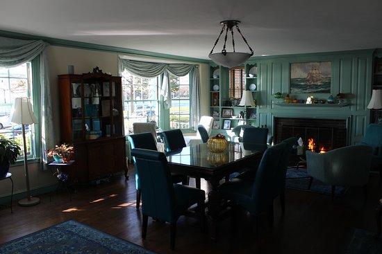 Harborview Inn: Common/dining room where breakfast is served.