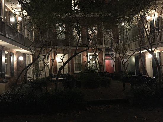 Place d'Armes Hotel: courtyard at night