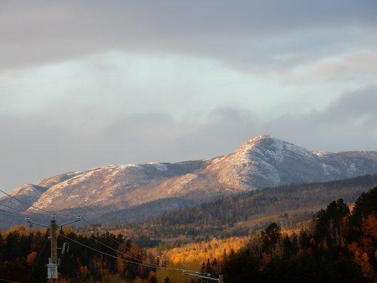 Saint Urbain, Canada: en direction du parc des Grands Jardins,avec de la neige au sommet.