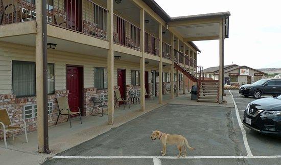 Whispering Sands Motel: Udenfor værelse 111 (reception lav bygning i baggrunden)