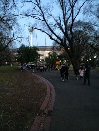 Melbourne Cricket Ground (MCG): walking to Mcg