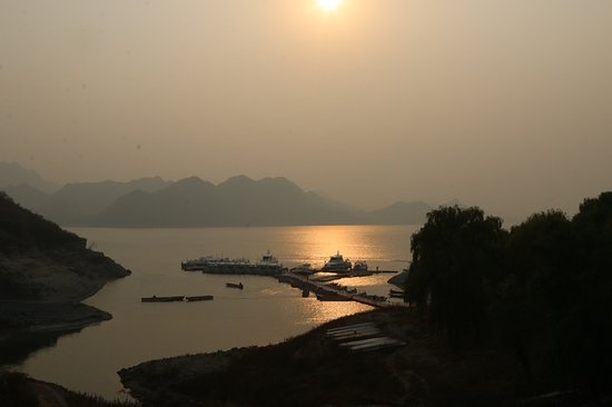 Yi County, Kina: Setting sun on lake