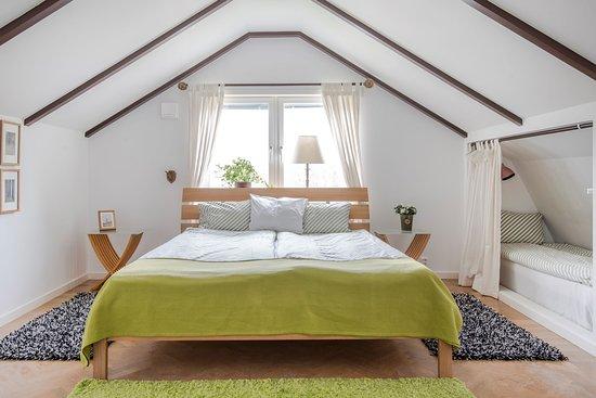 Harryda, Szwecja: Familjerummet högst upp i huset. Plats till 5 personer