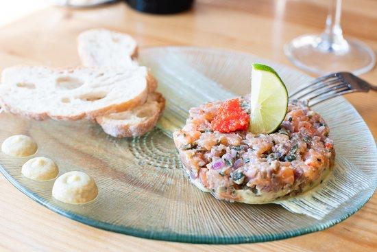 La Comilona: Tartar de salmón con crema de aguacate