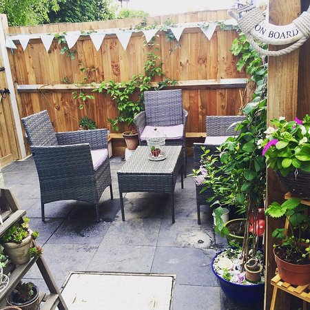 Suzie's Gift and Tea Shop: Comfy outdoor seating