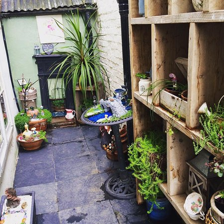 Suzie's Gift and Tea Shop: quirky courtyard
