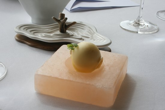 Restaurante Vila Joya: Butter and ufo on the table