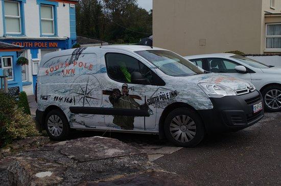 Annascaul, Irlandia: South Pole Inn Company Car (parked out front)