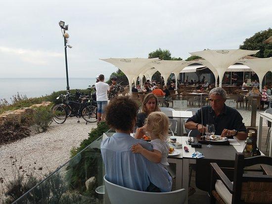 I tavoli all'aperto sulla costa alta