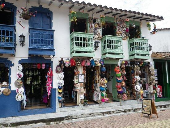 Penol, Colombia: Hay una variedad de pequeños locales de venta de artesanías muy pintorescos.
