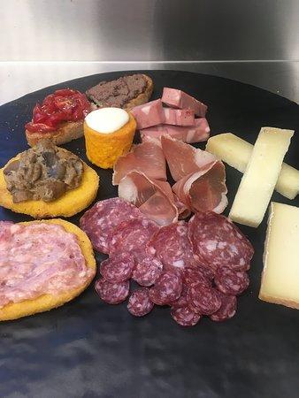 Il Gran Misto con salumi del Mori, formaggio del Fiorino e tante altre cose buone.