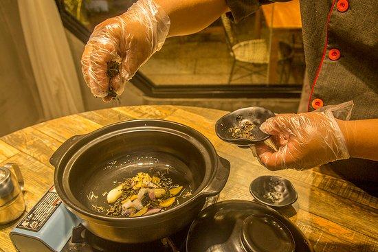 Liujie Beer Fish (Ding'E restaurant): beer fish preparation step 1
