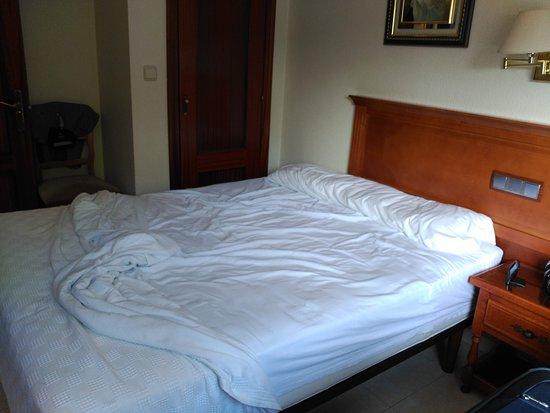 Gondomar, Испания: Cama y armario al fondo
