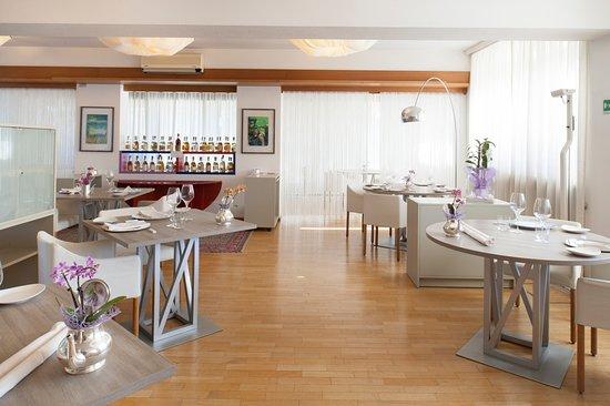 Isola d'Asti, Italien: Particolare della sala pranzo versione estiva
