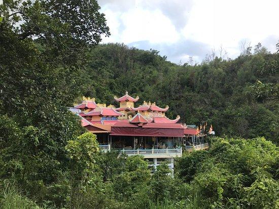 Вид по дороге в верхний храм