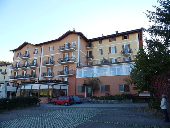 Hotel Stella delle Alpi: Ansicht vom Parkplatz aus