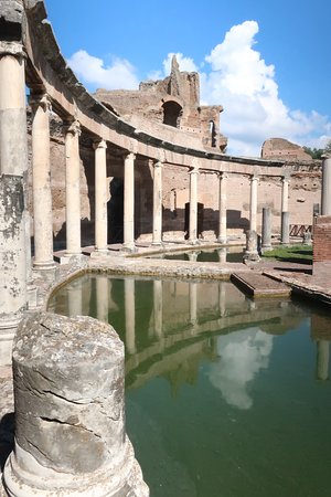 A circular courtyard with very well preserved ruins