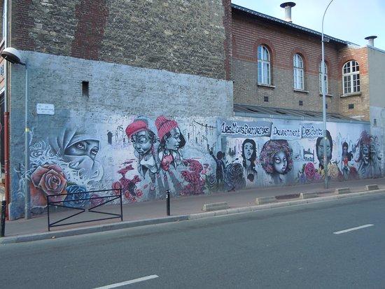 Fresque Les murs renverses deviennent des ponts