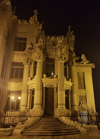 Casa con Quimeras: Front view (obviously) in the evening