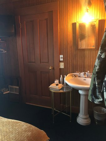 Seaview, WA: Room #11: Sink/vanity, door leads to private toilet and shower
