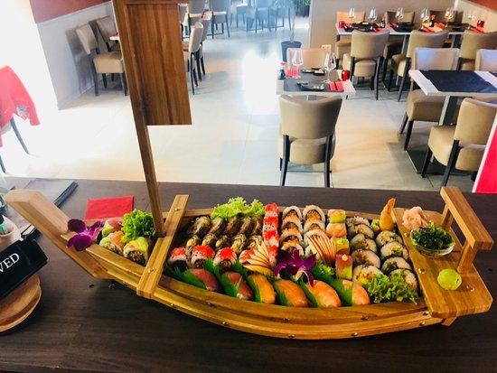 Asse, België: fresh sushi making live infront client....