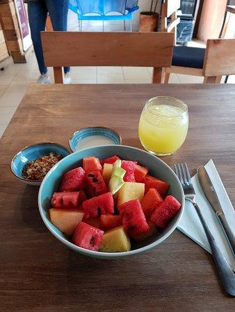 Ensalada de Fruta, con yogur y granola hecho en casa