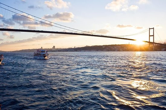 Cruzeiro à tarde no Bósforo ao longo...