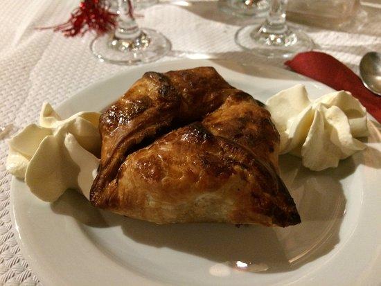Le Cailar, فرنسا: spécialité du patron ( pâte feuilletée garnie de pommes à la cannelle)