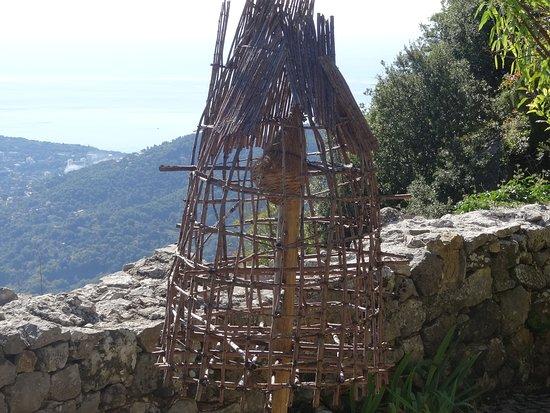 Sainte-Agnes, Frankrike: un nid à l'abris des prédateurs ,au jardin médiéval