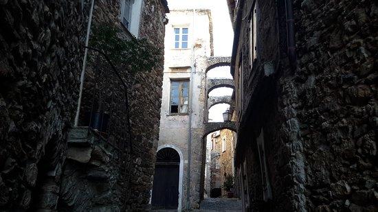 Castelvecchio di Rocca Barbena, Ιταλία: Architetture di pietra