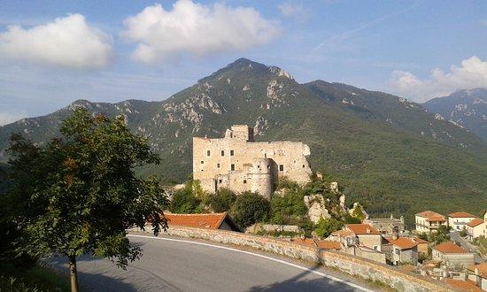 Castelvecchio di Rocca Barbena, Ιταλία: Il castello ed il sottostante borgo visti dalla strada che porta a Balestrino