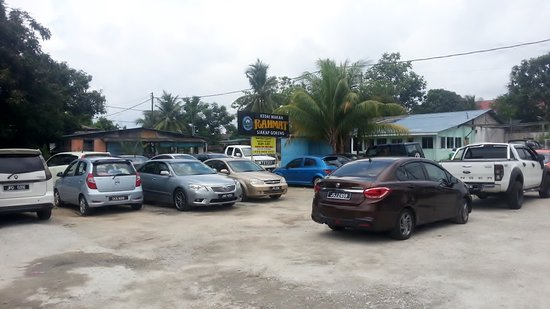 Pasir Gudang, ماليزيا: A parking attendant will show you where to park your vehicle.