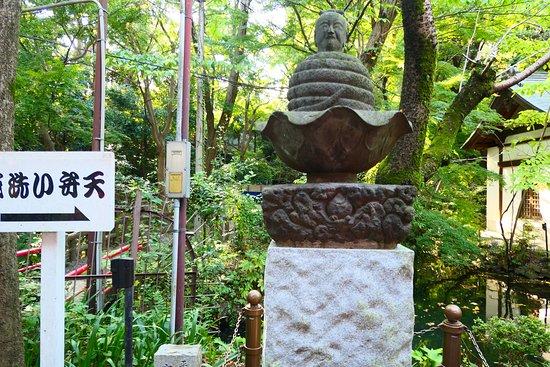 Mitaka, Japon : 「井の頭白蛇伝説」にまつわる宇賀神像。人の頭に身体が蛇と言う少し不気味な感じの像ですが由来を知ると見方も変わります。