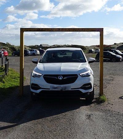 Newburgh, UK: Parkplatzein-/ausfahrt .... don't worry ... it works