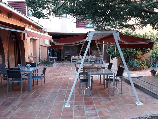 Sant Jaume dels Domenys, Spanyol: part of the patio/restaurant