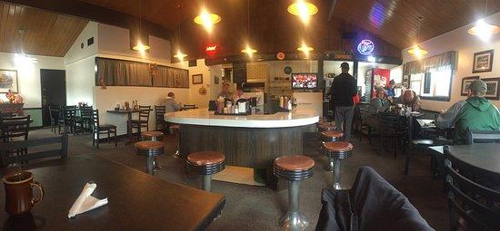 Cedar Grove, WI: Few tables. Counter.
