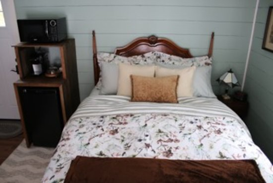 Aaron's on the Lake Bed & Breakfast: Gardenview