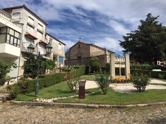 Igreja De Santiago E Panteao Dos Cabrais: Vista da praça na frente da igreja.