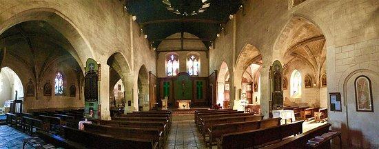 Une église de forme originale et deux cryptes à découvrir