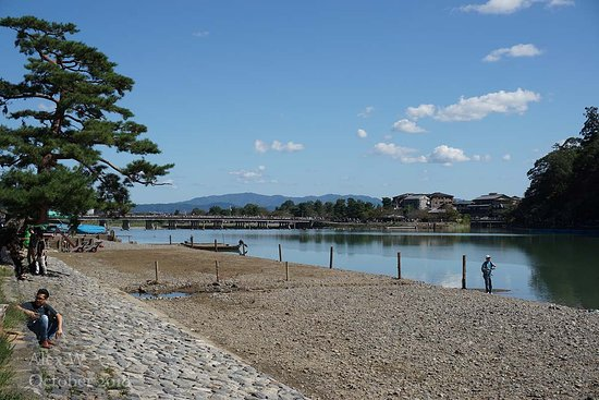 Arashiyama: 200m awy from the village, the riverside is much quieter